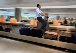 Aksi Kocak Orang-Orang yang Bisa Dijumpai di Bandara