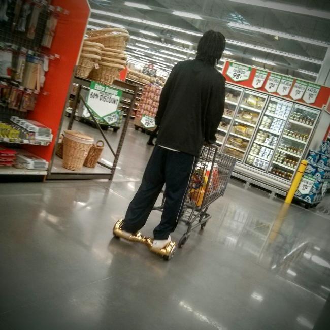 Buat kamu yang suka belanja tapi malas jalan di supermarket, inovasi dari pria ini bisa kamu tiru sob.