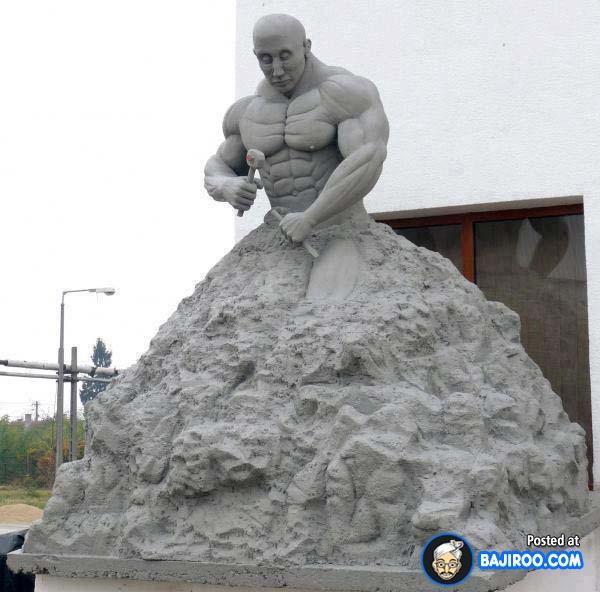 Patungnya seolah memahat dirinya sendiri nih Pulsker. Guratan wajah dan otot-ototnya nampak detail ya?.