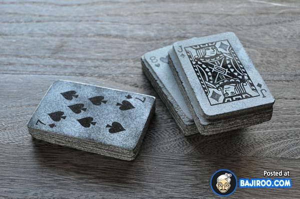 Kalau main kartu sama batu ini, dijamin keras banget mainnya guys. Jadi jangan asal lempar aja di meja, apalagi kalau meja kaca.