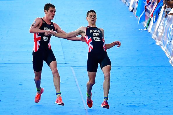 Walaupun di lapangan menjadi musuh, tapi atlet triatlon asal Inggris bernama Alistair Brownlee nampak memberikan semangat dan memegang tubuh adiknya Johnny saat dia hampir pingsan di tengah kompetisi hingga garis finish.