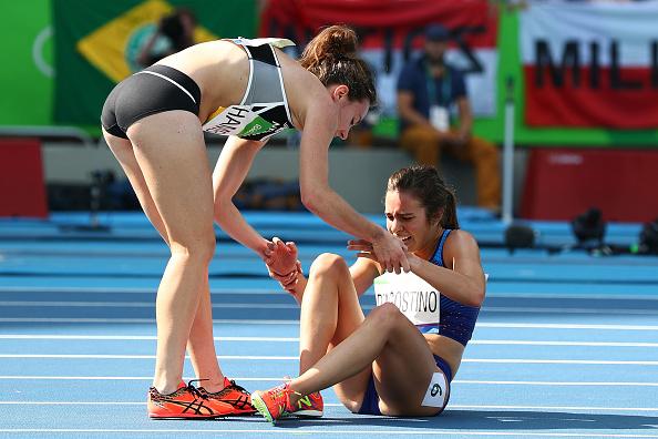 Contoh tindakan sportif lainnya ditunjukkan oleh atlet asal New Zealand, Nikki Hamblin. Dia merelakan diri mengakhiri perlombaan di tengah jalan demi menolong salah satu lawannya Abbey D'Agostino asal Amerika Serikat yang mengalami cedera kaki serius. Dia menyemangati Abbey untuk tidak menyerah dan berjalan bersama hingga garis finish.