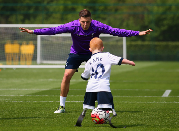 Marshall Janson adalah anak yang terahir tanpa kedua kaki. Dia nampak senang saat diundang dan diajak bermain bola mewujudkan mimpinya bersama punggawa tim Tottenham Hotspur sebelum pertandingan Liga Inggris dimulai.