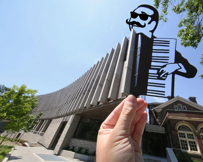 Pas banget nih bangunannya dipadukan dengan potongan kertas orang yang lagi main akordion.