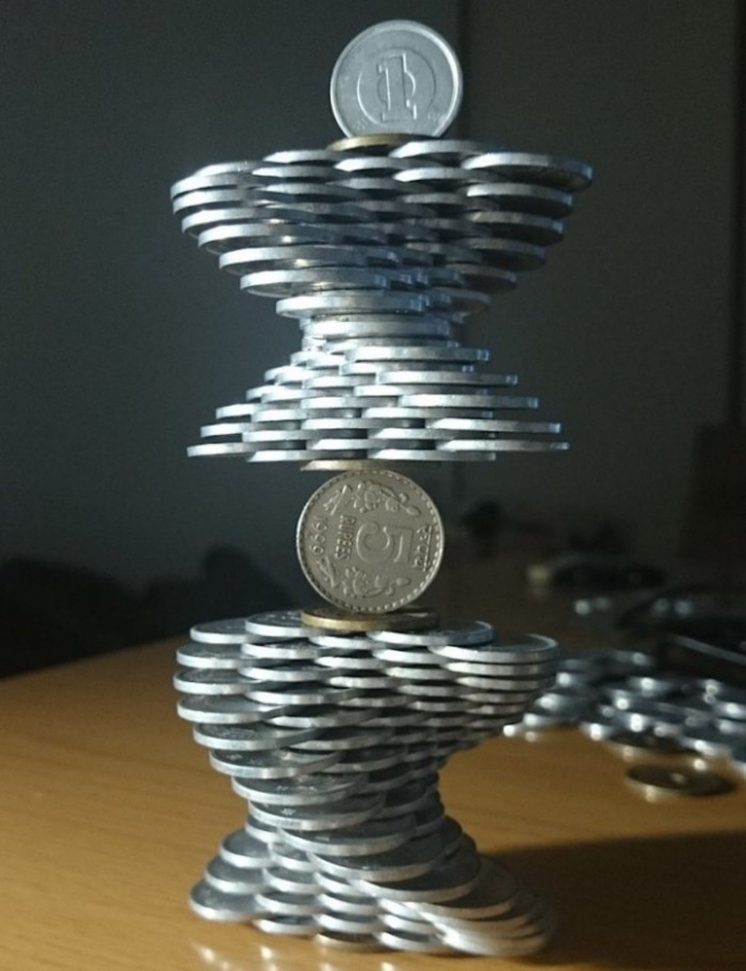 Hanya bertumpu pada satu koin saja dapat berdiri tegak dengan sempurna nih.