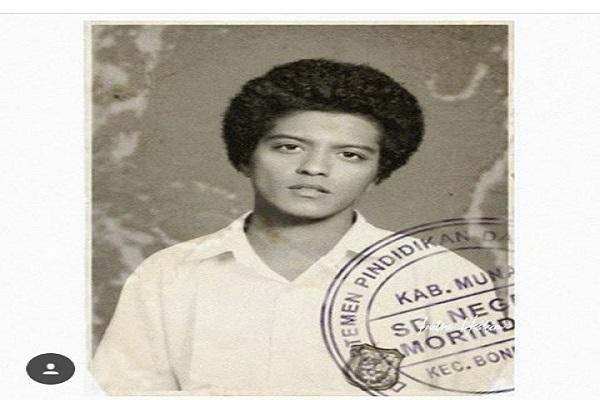 Masa SD Bruno Mars dengan potret foto raport hitam putih.