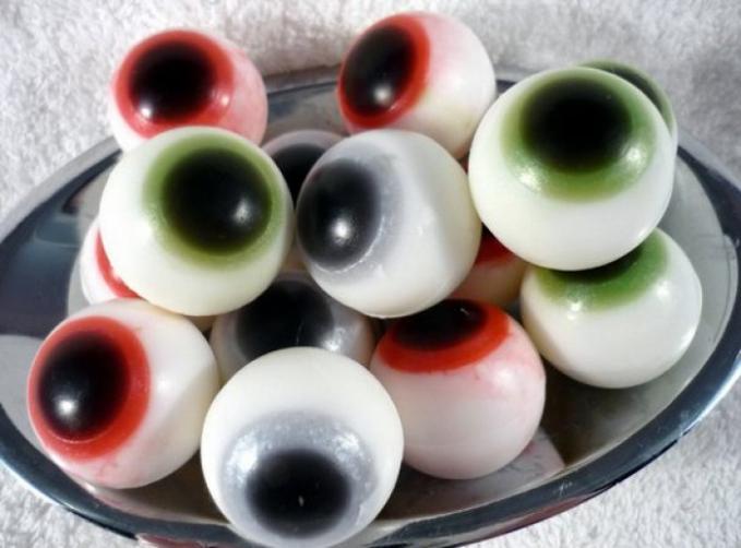 Pabrikan sabun BunnyBubbles pun nggak kalah uniknya dengan memproduksi sabun berbentuk bola mata manusia.