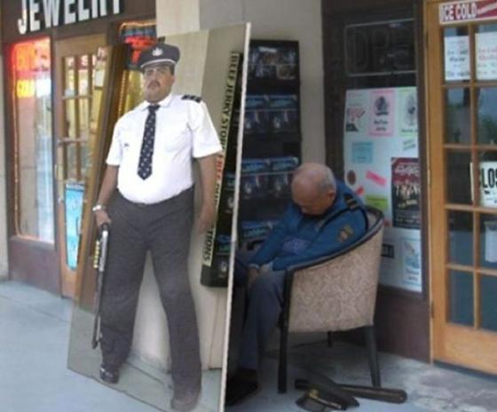 Dikasih petugas keamanan tujuannya biar toko makin aman, lah ini pak satpamnya malah tidur dan digantikan oleh poster.