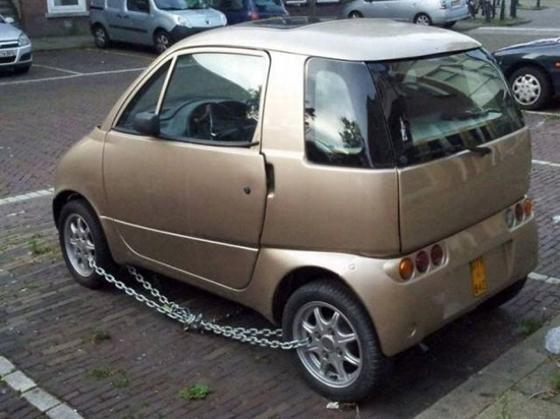 Hmm, nggak percaya nih pemiliknya sama sistem keamanan mobil yang udah canggih. Masih kurang aja rasanya. Gagal deh memberikan rasa aman kalau trik anti malingnya kayak gitu.