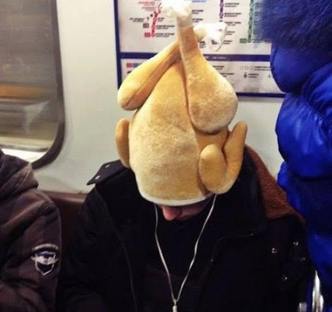 Ketika menemukan orang pakai topi kaya gini di KRL, jadi auto lapar.