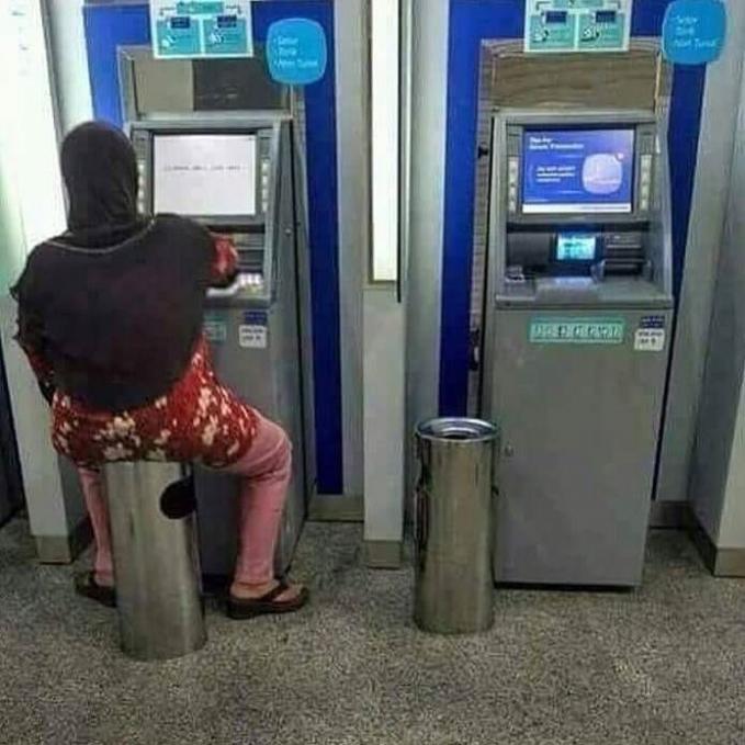 Kira-kira seberapa lamanya ya memakai mesin ATM sampai harus duduk?