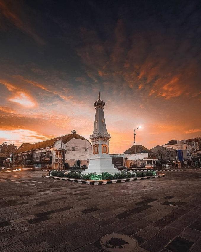 Tugu Jogja Tugu Jogja mwnjadi ikon kota Jogja, dan jika kamu berkunjung ke Jogja maka nggak akan lengkap jika belum datang ke tempat ini untuk berfoto dan nongkrong. Karena tempat ini merupakan titik garis imajiner dari gunung Merapi, Kraton Jogja, dan Pantai Selatan.