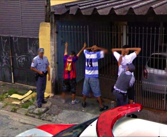 Sekelompok orang lagi diperiksa polisi di depan rumah warga guys, habis ngapain ya?.