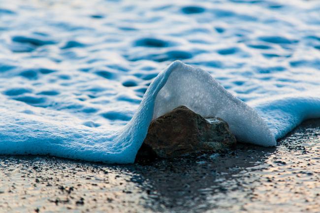 Begini jadinya kalau foto riak ombak diambil sepersekian detik sebelum menutupi batu. Seperti selimut ya?.