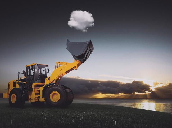 Diambil dengan sudut yang sempurna, alat beratnya seolah menangkap gumpalan awan.