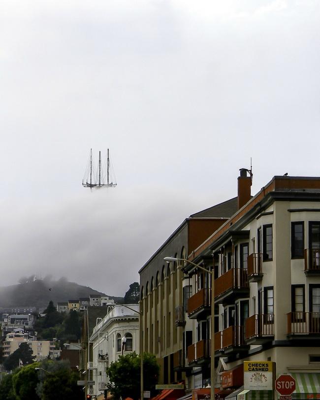 Sutro Tower di San Francisco, AS yang tertutup kabut nampak seperti sebuah kapal yang berlayar di angkasa dalam negeri dongeng.
