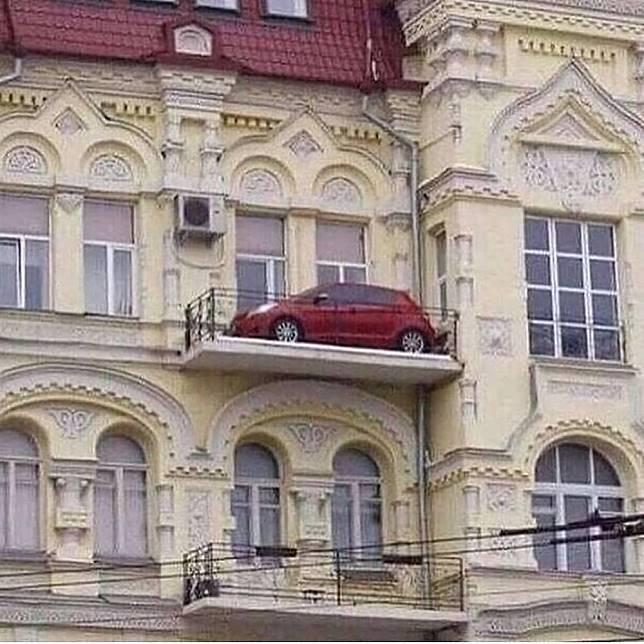 Jangan tanya bagaimana cara mobil ini bisa ada di balkon, karena saya juga tidak tahu.