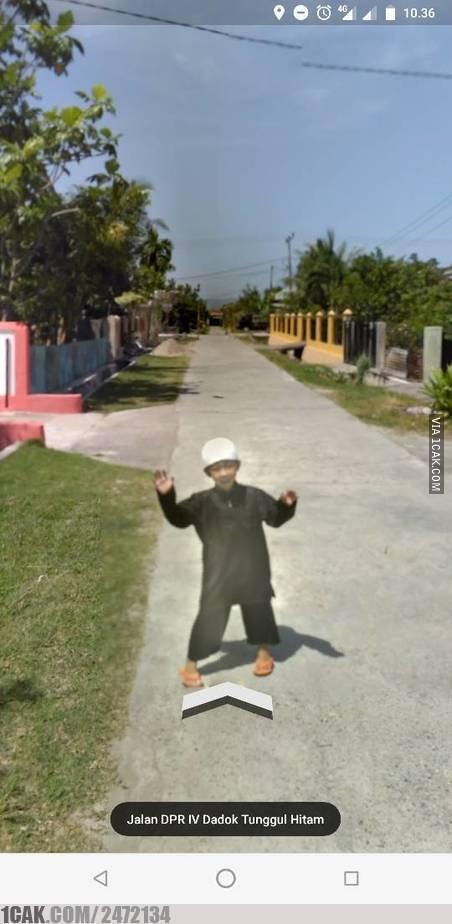 Udah ekspert selfie nih kayanya, sampai ketemu Google Street View juga sempat berfoto.