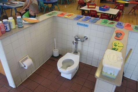 Nggak kebayang deh gimana jadinya ada toilet yang nggak ada tutupnya ini berada di tengah kelas.