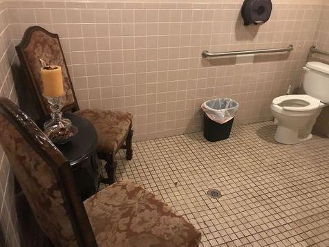 Nggak ngerti lagi deh kenapa ada kursi tamu di dalam toilet ini.