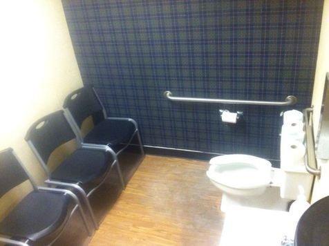 Ini sebenarnya toilet atau ruang tunggu ya, atau toilet yang ada ruang tunggunya?