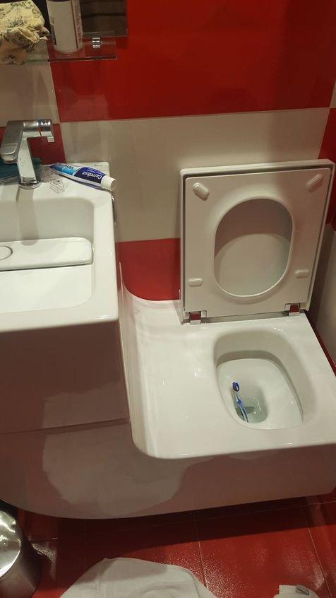 Desainnya sih keren, tapi cukup beresiko, seperti pasta gigi yang jatuh ke kloset ini contohnya.