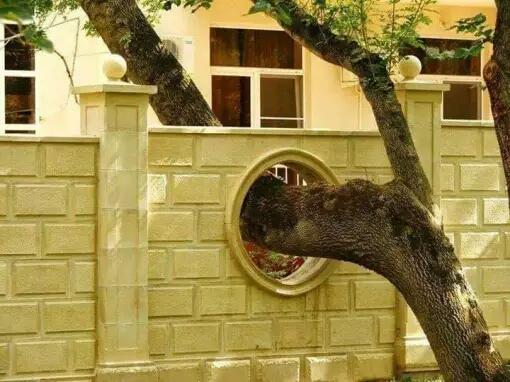 Estetikanya dapet nih malah lebih unik dengan pagar yang dapat ditembus dengan pohon.