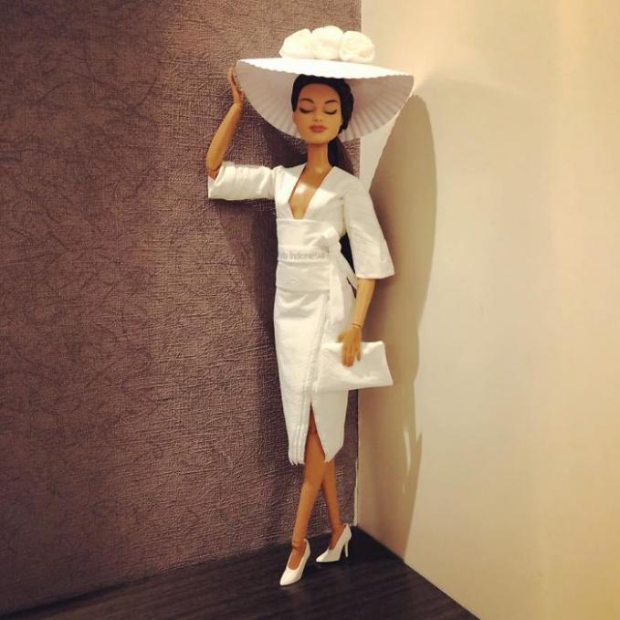 Busana yang terinspirasi dari budaya mode Cina lengkap dengan topi besarnya.
