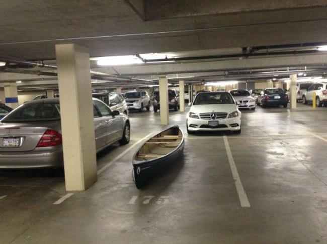 Sepertinya salah parkir nih pemiliknya.