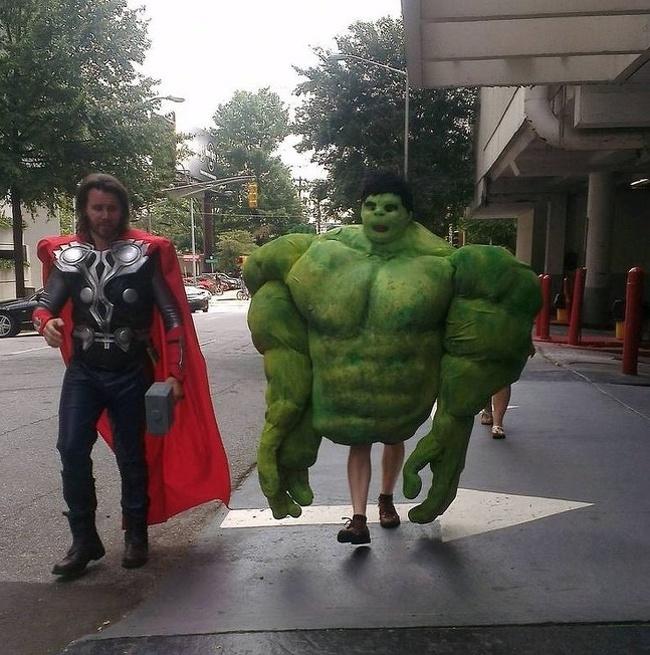 Baru kali ini si Thor sama si Hulk kurang pas banget. Thor nampak kurusan sementara Hulk badannya kedodoran tuh.