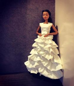 Kamu Nggak Bakalan Nyangka Kalau Gaun Barbie Ini Terbuat dari Tisu