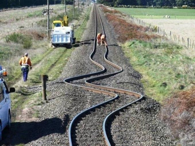 Kalau rel keretanya bengkok kaya gini, gimana kereta bisa lewat ya? Ternyata ini adalah rel kereta api yang terkena gempa bumi di Canterbury, New Zealand.