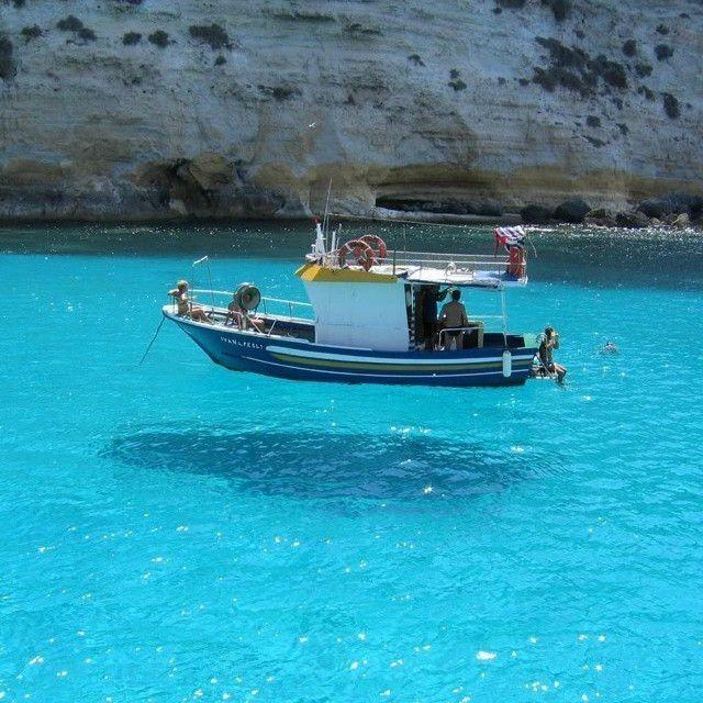 Saking beningnya, air kapal yang berada di tengah laut ini seperti melayang.