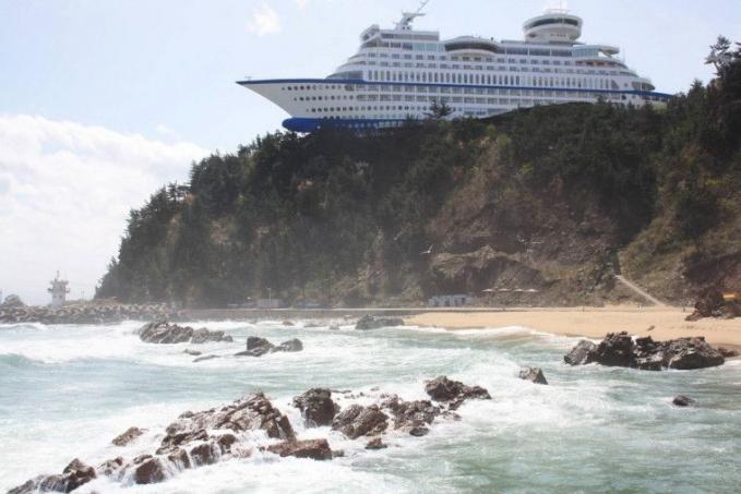 Ini bukan kapal pesiar yang terdampar karena terbawa arus ombak ya, karena ini adalah sebuah restoran dan hotel yang berada di Korea.