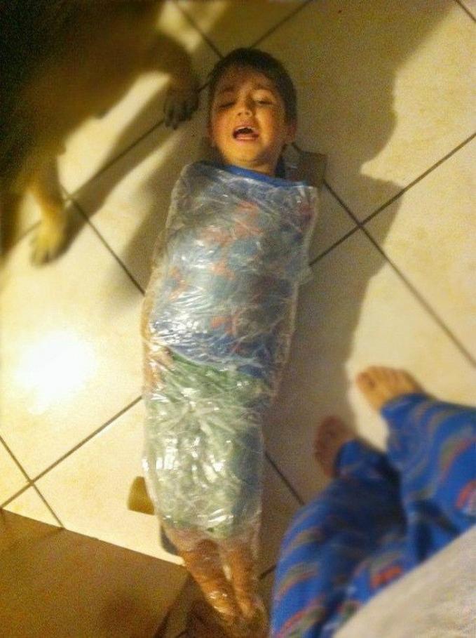 Tentang kesalahan Apa yang dilakukan si adik, sang kakak ngerjain adiknya dengan melakban seluruh tubuh adiknya.