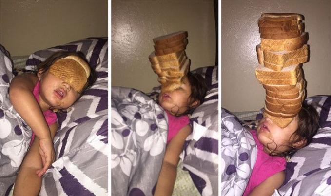 Sumpah deh usil banget si kakak, ketika Adik sedang bobok malah dikerjain menutup matanya dengan tumpukan roti.