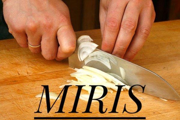 Saking mirisnya sampai ngeluarin air mata tuh saat mengiris bawang di dapur.