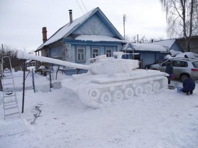 Saking dinginnya tank yang lagi parkir di pinggir jalan sampai membeku dan tertutup salju lho.