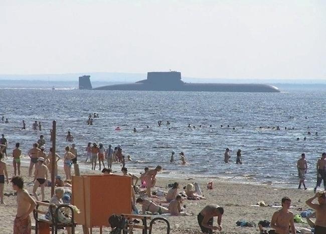 Lagi liburan di pantai, tiba-tiba kapal selam Angkatan Laut muncul ke permukaan. Lumayan ada hiburan tambahan bisa melihat kapal selam.