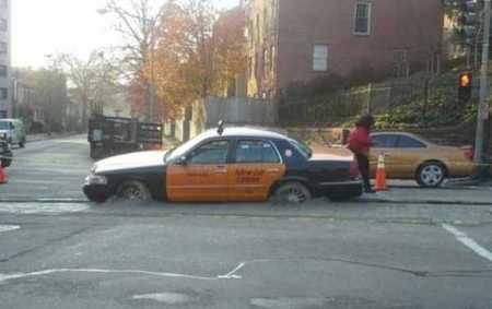 Supir taksi ini tidak menyadari Jika jalan yang dicor ini belum kering.