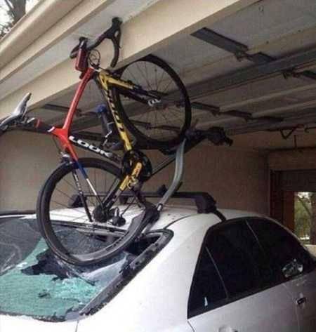 Buat kamu yang suka meletakkan sepeda di atas mobil harus lebih berhati-hati ya, jangan sampai Kejadian ini menimpa mu.