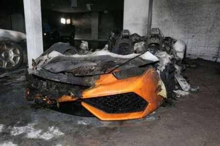 Bukan mobil biasa yang terbakar, melainkan mobil supercar Lamborghini. Kita yang nggak punya aja sedih, apalagi yang punya ya?