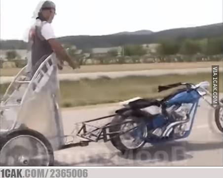 Berkendara menggunakan kuda besi yang sesungguhnya.