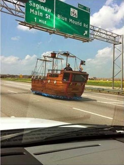 Gimana jadinya kalau ada kapal yang terdampar di jalan tol kayak gini??