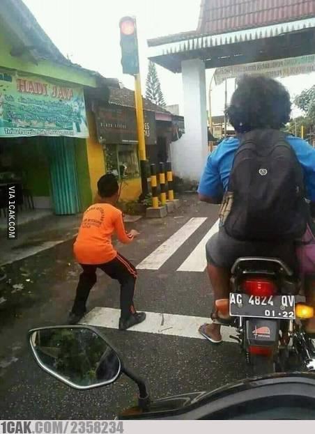 Mungkin kamu aja yang gak ngeliat ada motor yang dinaiki si Adik itu :D