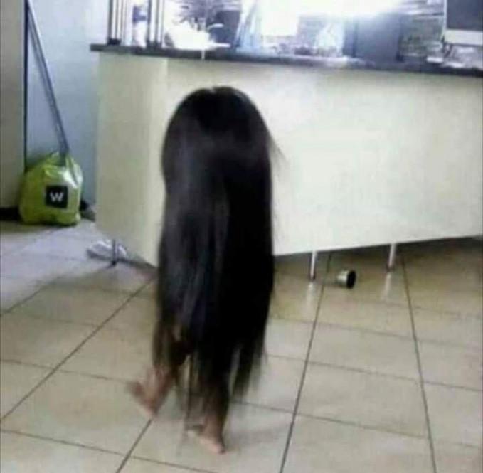 Bukan tuyul berambut panjang ya, ini adalah anak kecil yang memakai wig orang dewasa.