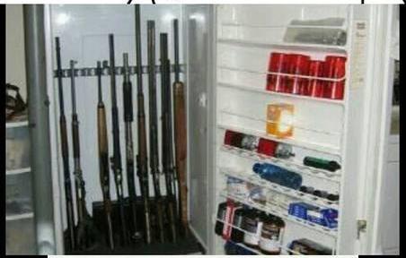 Wuuiihh,,yang punya kulkas pasti seorang mafia nih. Isinya senapan semua cuy!