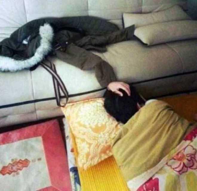 Jaket itu seperti mengeluarkan tangan ya, padahal itu adalah tangan orang yang sedang tidur ini lho!