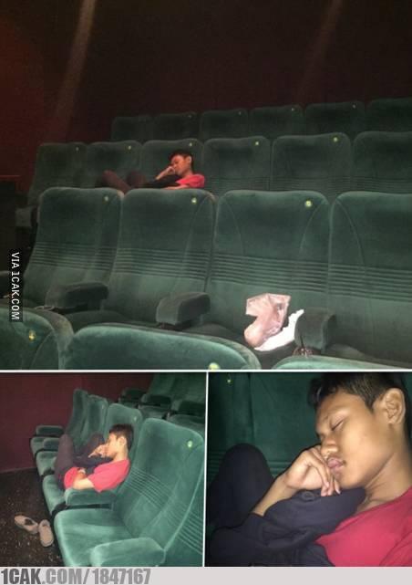 Ketiduran pas nonton film di bioskop emang hal yang wajar. Seperti pria ini yang ditinggal temen-temannya ketika film sudah habis.