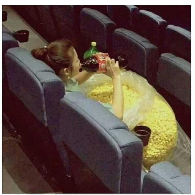 Nggak cukup se bucket, cewek ini bawa popcorn sekarung untuk nonton di bioskop. Kira-kira durasi filmnya seberapa lama ya?
